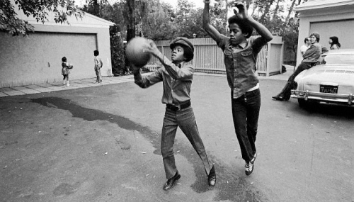 young-michael-jackson-shooting-hoops-with-his-brother